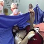 【仰天ニュース】脳腫瘍の手術の最中にビートルズのあの名曲を弾き語り!!!!