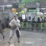 【放送事故】台風6号の影響か!?新宿駅南口に弾き語り男アラワル!!