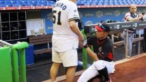 神イチローの神対応!!ファンの持参したユニフォームに片膝をついてサイン!!